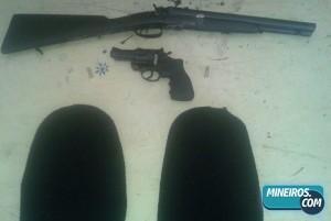 Material apreendido: Um revólver, uma escopeta e duas tocas ninjas.